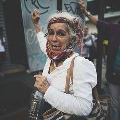 """Por @donaldobarros -  Historias de un vecino: ella es Aura Peña tiene 60 años y es comerciante. """"Soy de Mérida y siempre vengo a protestar"""" dijo la señora Aura conmovida. """"Soy comerciante pero hace años tuve que cerrar mi negocio en 2014"""" recordó. """"Estoy en la calle por la libertad de mi país; para restaurar la democracia de Venezuela; para que mi familia regrese a mi país y por la libertad de todos estos jóvenes; por el futuro de ellos porque no tenemos medicinas la gente se está muriendo…"""