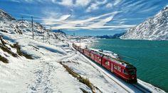 Bernina Express op de Berninapas aan het Lago Bianco