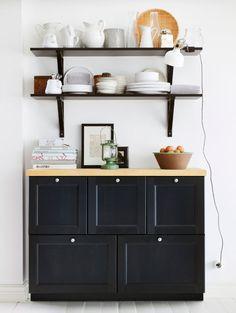 Caisson bas mural avec tiroirs, plan de travail en bois et étagères murales