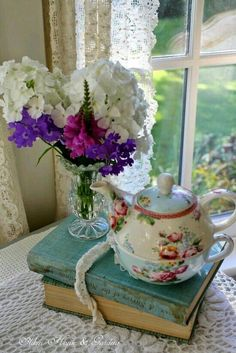 Tea time at the Aiken House & Gardens: Sweet & Simple Muebles Shabby Chic, Shabby Chic Decor, Vibeke Design, Tea And Books, My Cup Of Tea, Chocolate Pots, Decoration Table, Cottage Style, Tea Set