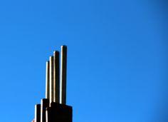 fotografie van lijnen: 4 lijnen die schuin achter elkaar geplaatst zijn. ze lopen in verticale richting evenwijdig naast elkaar.