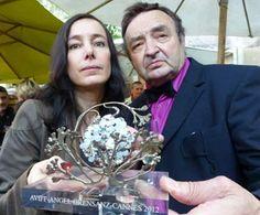 """Ángel Orensanz ha entregado un premio a Pascale Lafaye por su obra """"Abre los Ojos"""". El galardón lleva el nombre del artista aragonés y ha tenido una gran dimensión al entrar en competición 23 filmes de diversos países. El evento se enmarca dentro del festival de Cannes 2012.  Redacción"""