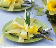 Daffodil napkin setting