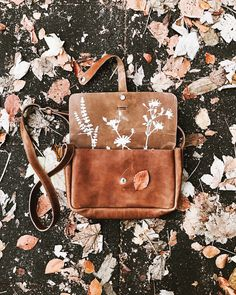 Keecie cognac leather bag with a flowers print on the inside  | bigger bags | grote tas | dames tas | mode accessoires | womens fashion accessories | Keecie.nl | silkscreen | floral print | botanical | autumn | Fall | Leaves