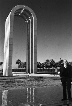 Walter Gropius standing in front of the new gate of Baghdad University, designed by his office, 1960sوالتر غروبيوس يقف أمام البوابة الجديدة لجامعة بغداد، و التي صممها مكتبه، الستينات