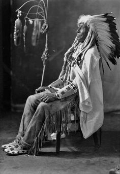 Native American Survival tips that withstand the test of time for thousands of years and able to fight every challenges nature tossed at them. The total resource to teaching you hunting,fishing, fighting, making survival tools, medical cures and more. Native American Pictures, Native American Beauty, Native American Tribes, Native American History, American Indians, Native Americans, Cree Indians, American Bobtail Cat, Eskimo