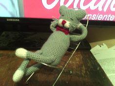 Don gato  descansando. hecho en crochet relleno de algodon siliconado.