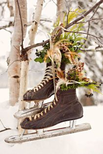 Decoration inspiration for winter weddings. Vintage ice skating boots with flowers hanging from tree Decoration Christmas, Noel Christmas, Country Christmas, Winter Christmas, Vintage Christmas, Primitive Christmas, Christmas Porch, Christmas Wreaths, Swedish Christmas