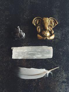 the wild unknown, tarot cleanse, feather, Ganesh, selenite, smokey quartz