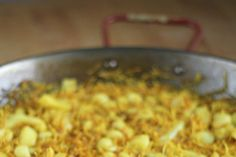 Aprende a preparar de modo sencillo la receta de fideuá exprés de sepia, con tiempo de elaboración, ingredientes y todos los pasos para que te salga perfecta
