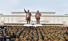 김일성동지와 김정일동지의 동상에 인민군장병들과 각계층 근로자들1