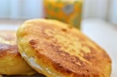Estas arepas de plátano son sanas y sencillas, ideales si quieres perder peso: 100gr de masa (2 arepas aprox) tienen sólo 100 cal Ingredientes: 4 plátanos verdes Agua Sal al gusto Preparación: Pica… Empanadas, Gluten Free Desserts, Dessert Recipes, Honduran Recipes, Honduran Food, Cooking Bananas, My Favorite Food, Favorite Recipes, Plantain Recipes