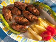 Kuru köfte sıcak ya da soğuk olarak yenilebilen, Türk mutfağında özel yeri olan başlıca yemeklerden birisidir. Yapması kolay gibi düşünülse de annemizin, büyükannelerimizin yaptığı o lezzetli kuru köfteleri yapmak hiç de kolay değildir. Hem köfte yapmayı...