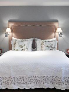 Sengegavlen er trukket med grov tekstil, veggene i mer finmasket stoff. Begge deler gjør sitt for akustikken i rommet. Sengeteppet er fransk og er flere år gammelt.