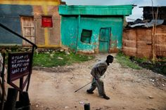 Ethiopia Photography by Steve McCurry Focus sur le photographe américain Steve McCurry qui propose la série « Omo Valley » en Ethiopie. Il réalise des portraits des africains en tenues traditionnelles, mais aussi des photos de moments de fête et de rites religieux.