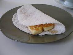 Beiju de tapioca com queijo de coalho assado.  Beiju de tapioca with coalho cheese roast.