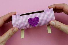Support pour smartphone avec un rouleau en carton - Activités enfantines - 10 Doigts Mobile Stand, Toilet Paper Roll, Phone Holder, Creative Art, Smartphone, Handmade, Crafts, Creative Gifts, Home Craft Ideas