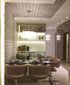 Cores neutras e muita inspiração na sala de jantar. A mesa quadrada foi encostada na parede para um melhor aproveitamento do espaço. Amei@pontodecor Projeto @romeroduartearquitetos - http://ift.tt/1HQJd81