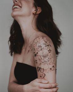 300 Sexy Tattoo Designs - Original by Tattooists Shoulder Sleeve Tattoos, Quarter Sleeve Tattoos, Shoulder Tattoos For Women, Flower Tattoo Shoulder, Sleeve Tattoos For Women, Tattoo Sleeve Girl, Flower Tattoo Arm, Women Sleeve, Feminine Tattoo Sleeves