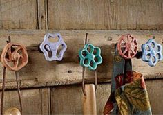 Cute for a garden shed! Reuse old faucet handles as hooks - Cute for a garden shed! Reuse old faucet handles as hooks Recycling, Ideias Diy, Faucet Handles, Yard Art, Home Projects, Repurposed, Upcycled Garden, Creations, Diy Crafts
