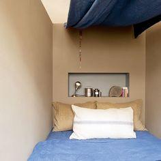 Une chambre réalisée dans un coin du salon