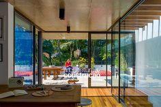 Revista Arquitetura e Construção - Vitral colore e dá privacidade ao sobrado