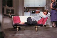 """""""Śniadanie u Tiffany'ego"""" (1961). Audrey Hepburn na charakterystycznej sofie stworzonej z przeciętej na pół wanny."""