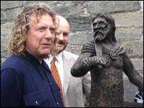 Robert Plant (left), Rev Geraint ap Iorwerth and the statue of Owain Glyndwr