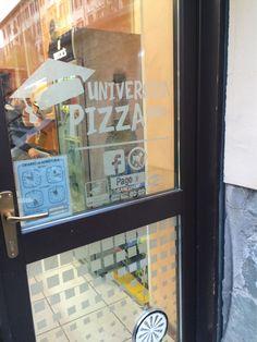E relativo decoro in adesivo satino sulla porta d'ingresso...