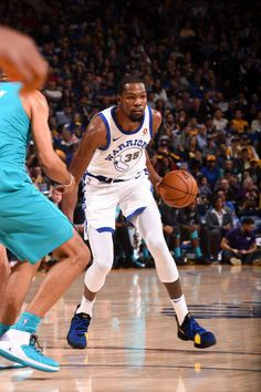 Kevin Durant of the Golden State Warriors handles the ball against the Charlotte Hornets on December 29 2017 at ORACLE Arena in Oakland California. Nba Players, Basketball Players, Slam Magazine, Kevin Durant Basketball, Golden State Warriors Pictures, Nba Wallpapers, Oakland California, Sport Inspiration, Charlotte Hornets