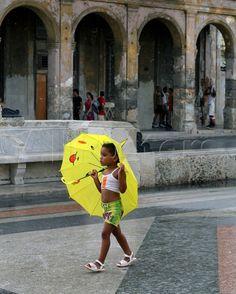 Little Girl with Umbrella, Havana, Cuba Lámina fotográfica en AllPosters.com.ar.