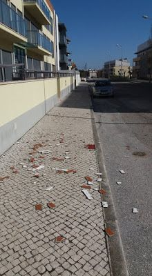 O Palhetas na Foz: Azulejos e tijoleira soltam-se de edifício e caem ...