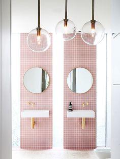 Узкие вертикальные окна ярко освещают ванную комнату в дневное время. (ванна,санузел,душ,туалет,дизайн ванной,интерьер ванной,сантехника,кафель,современный,интерьер,дизайн интерьера) .