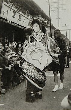 A vintage photo of a Tayuu-Dochu of the, presumably, Tayuu Yoshino. She was Tayuu during early 20th century. (Source)