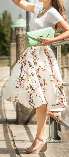 Fashion trends | White tee, floral printed midi skirt, sandals, mint clutch, necklace
