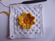 Narcissus granny square, free pattern (German, use Google translate) with step-by-step photos . . . .   ღTrish W ~ http://www.pinterest.com/trishw/  . . . .   #crochet #motif
