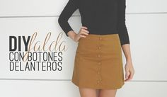 !Hola! Para hoy traigo esta bonita falda con botones delanteros, tiene una ligera forma en A que la hace muy favorecedora. Vas a ver que es muy fácil de hacer, ¡ya verás! He de decir que es un color súper difícil de fotografiar, o la tela, o la luz que hay estos días o un poco todo, no sé lo que es pero, según la luz que le dé se ve de un color diferente, lo vas a ver en las fotos, cada una parece una tela distinta, de hecho, ninguna foto refleja bien, bien el color que es, es un expediente… Diy Clothing, Sewing Clothes, Dress Sewing Patterns, Clothing Patterns, Diy Fashion, Fashion Design, Love Sewing, Sewing Hacks, Sewing Tips