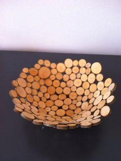 Een schaal van houtplakjes knutselen (+werkbeschrijving). Zou je ook met plakjes kurk kunnen maken