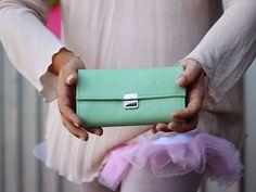 He encontrado este interesante anuncio de Etsy en https://www.etsy.com/es/listing/179517241/woman-wallet-leather-mint-pink-large