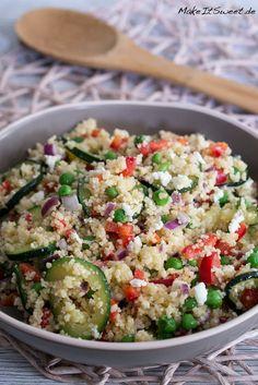 Ein einfaches Couscous Salat Rezept mit Zucchini, Erbsen, Paprika und Feta. Der Salat ist schnell zubereitet. Er eignet sich als Hauptspeise oder Beilage.