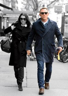 Learn how to rock denim from the likes of David Beckham, Daniel Craig, Usher, and more leading men Topcoat Men, Stylish Men, Men Casual, Man's Overcoat, Cold Weather Fashion, Casual Dress Outfits, Mens Style Guide, Daniel Craig, Weekend Style