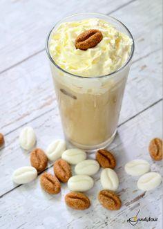 Frappé Figurina kávébab formájú cukorral. A receptet a kifoztuk.hu oldalán találjátok. http://www.kifoztuk.hu/receptek/alkoholos-alkoholmentes-italok/item/frappe-recept