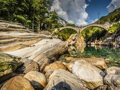 Wenn man dieses Juwel der Südschweiz in einem Wort beschreiben sollte, es wäre wohl Mannigfaltigkeit. Eben noch schlürfst du deinen Espresso am Hafen von Ascona, schon balancierst du über wuchtige Staumauern bei Robiei auf dem Weg zur hochalpinen Berghütte Cristallina. Auf dem Rückweg erkundest du antike Behausungen im Vallemaggia, durchschreitest schattige Kastanienwälder bei Rasa und flanierst an der Seepromenade von Tenero. In dieser Region findet jeder etwas für seinen Geschmack. Wie…