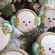 Precious snowgirls in muffs and roses by Teri Pringle Wood Cute Christmas Cookies, Snowman Cookies, Xmas Cookies, Iced Cookies, Christmas Cupcakes, Christmas Gingerbread, Christmas Desserts, Christmas Treats, Christmas Baking
