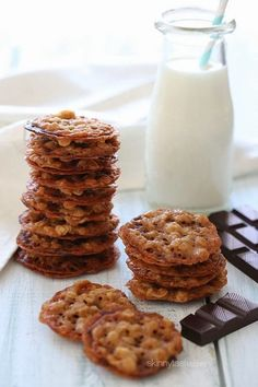 These delicious dark chocolate oatmeal lace cookies are light, crisp and chewy,sandwiched together with melted dark chocolate. Köstliche Desserts, Delicious Desserts, Dessert Recipes, Delicious Cookies, Oatmeal Lace Cookies, Chocolate Oatmeal, Chocolate Cookies, White Chocolate, Chocolate Dipped
