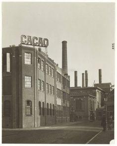1929, N.V. Droste's cacao- en chocoladefabrieken, op de achtergrond het Energiebedrijf. Vintage Photographs, Windmill, Seattle Skyline, Tulips, Holland, Clogs, Mexico, Chocolate, City