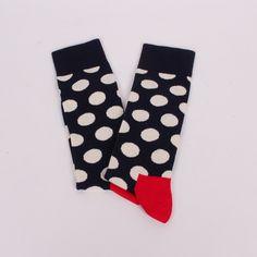 Мъжки памучни чорапи в тъмносиньо с широк ластик горе на бели точки и червена пета. Върха на пръстите е в бял цвят.