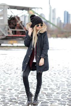 Modebloggerin Laura trägt ein winterliches Outfit bestehend aus warmer Winterjacke, kuscheliger Mütze und coolen Boots.