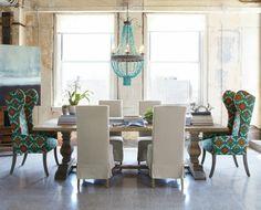 interior design mythen - Kerzenkronleuchter mit türkisen Perlen und Retrostühle gemustert