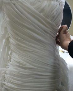 WEBSTA @ platinastudioatelier - 💕Драпировка корсета свадебного #платья в @platinastudio 💕В эти роскошные хаотичные #складки заложено 5м полупрозрачной шелковой органзы! В составе основы корсета и драпировки - полностью натуральные ткани. И даже с юбкой, в которую мы закладываем 100 м воздушного, как облако, итальянского фатина, это свадебное платье будет отличаться невероятной легкостью.Мы в @platinastudio делаем всё, чтобы наши невесты чувствовали себя исключительно в свой особенный…
